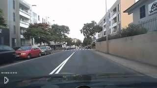 Смотреть онлайн Нелепая авария на узкой дороге