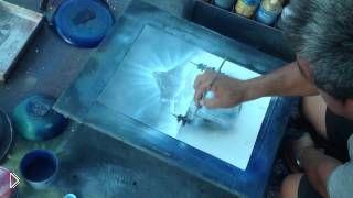 Смотреть онлайн Мужчина офигенно рисует баллончиком на бумаге