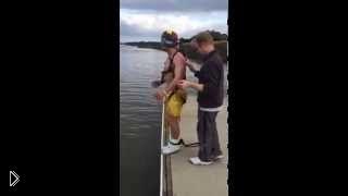 Смотреть онлайн Подшутили над парнем бросив его в воду