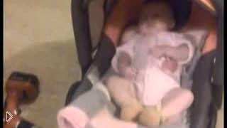 Смотреть онлайн Обычная дрель поможет уснуть грудному ребенку