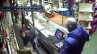 Смотреть онлайн Охранник магазина защищается стулом от грабителя