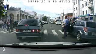Смотреть онлайн Водитель получил за то, что остановился на переходе