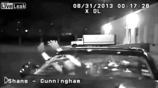 Смотреть онлайн Полицейский открыл огонь по людям в машине