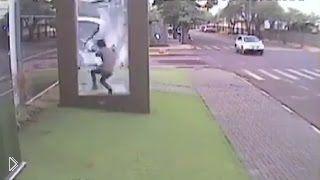 Смотреть онлайн Парень врезался и разбил стекло