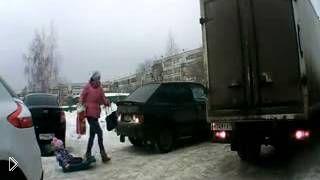Смотреть онлайн Мамаша оставила ребенка под колесами автомобиля