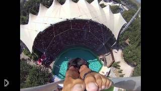 Смотреть онлайн Захватывающий прыжок в воду с 25-метровой высоты