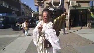Смотреть онлайн Человек в костюме Иисуса показывает средний палец