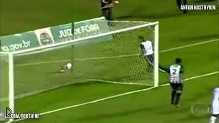 Смотреть онлайн Массажист выбежал на поле и отбил мяч от ворот