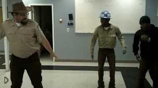 Смотреть онлайн Бородатый мужик круто танцует
