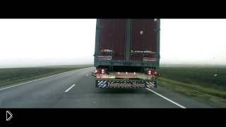 Помощь дальнобойщиков на трассе при обгоне - Видео онлайн