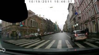 Смотреть онлайн Школьник переходит дорогу на красный свет