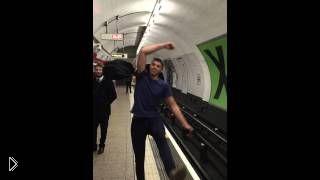 Смотреть онлайн Парни устроили турнир по пинг-понгу в метро Лондона