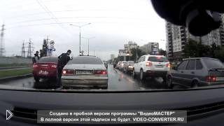 Смотреть онлайн Легкая разборка на дороге между водителями