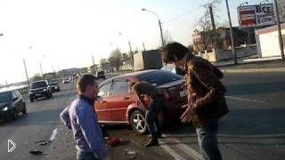 Смотреть онлайн Страшная лобовая авария из-за водителя под бутиратом