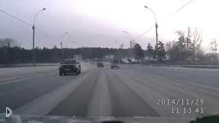 Смотреть онлайн Зимняя авария лихача в Новосибирске, 29.11.2014