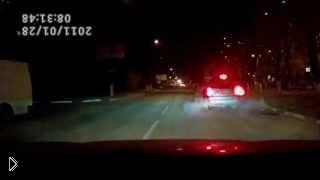 Смотреть онлайн Пьяный водитель наехал на стоящий автомобиль