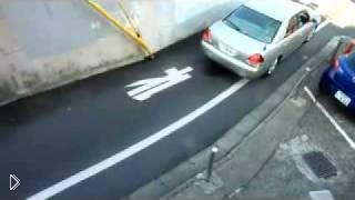 Смотреть онлайн Водитель иномарки мастерски паркуется