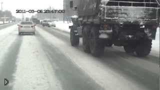 Смотреть онлайн Урал и легковушка встретились на скользкой дороге