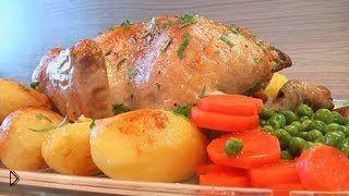 Смотреть онлайн Как запечь целую курицу в рукаве
