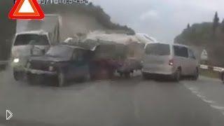 Смотреть онлайн ГАЗель перевернулась и помяла сразу четыре машины