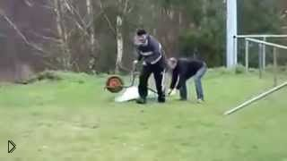 Мужчины накрыли мощную петарду тачкой - Видео онлайн