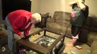 Смотреть онлайн Дедушка сильно разозлился на своего ленивого внука