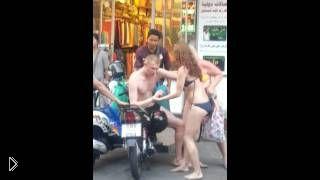 Смотреть онлайн Пьяный русский турист стал звездой Таиланда