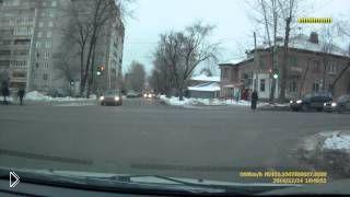 Смотреть онлайн Полицейский на капоте авто: Екатеринбург, 14.12.2014