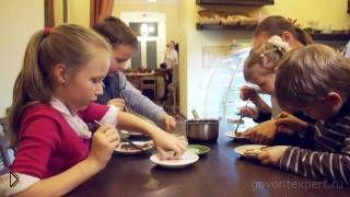 Смотреть онлайн Как научить ребенка готовить еду на кухне