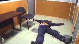 Смотреть онлайн Наркомана прет в отделении милиции