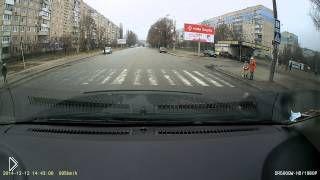 Смотреть онлайн Добрый водитель помог детям перейти дорогу