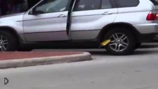 Смотреть онлайн Девушка не пожелала платить штраф за парковку