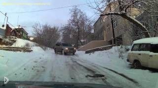 Смотреть онлайн Внедорожник опасно катится по скользкой дороге