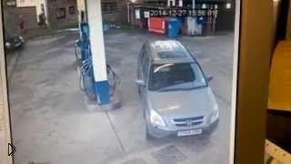 Смотреть онлайн Женщина не может найти бак для бензина на своем авто