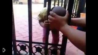 Смотреть онлайн Ребенок застрял головой в заборе