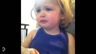 Смотреть онлайн Малышка со слезами слушает песню о любви