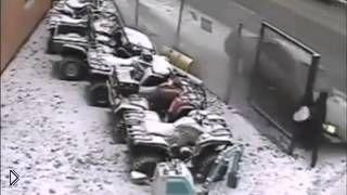Смотреть онлайн Пешеход чудом остался жив в аварии