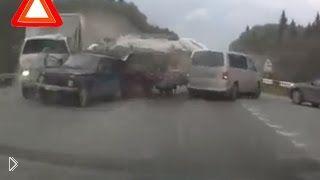 Смотреть онлайн Пять машин пострадало в одной аварии
