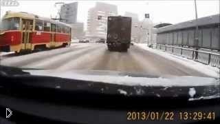 Смотреть онлайн Легковушка дважды врезалась в грузовик в Екатеринбурге