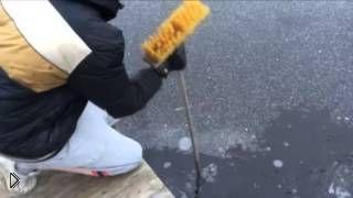 Смотреть онлайн Паренек запустил ракету под лед озера