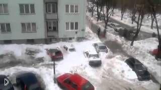 Смотреть онлайн Гора снега упала с крыши прямо на машины