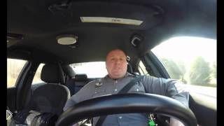 Смотреть онлайн Скрытая съемка поющего полицейского за рулем