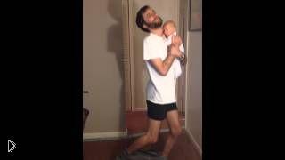Смотреть онлайн Как одеть штаны с ребенком на руках
