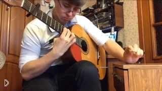 Смотреть онлайн Парень круто играет мелодию на гитаре и с ручкой