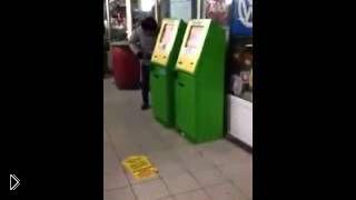 Смотреть онлайн Парень взломал игровой автомат при свидетелях