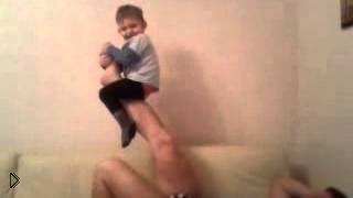 Смотреть онлайн Отец круто веселит ребенка