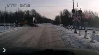 Внедорожник внезапно проехал по рельсам - Видео онлайн