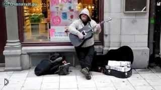 Смотреть онлайн Уличный музыкант шикарно поет и играет на гитаре