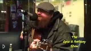 Смотреть онлайн Бомж очень красиво поет и играет на гитаре