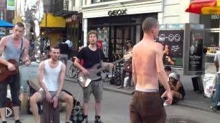 Смотреть онлайн Классный уличный блюз в исполнении веселых парней